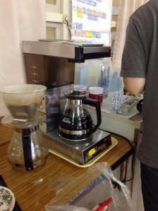 コーヒーメーカーにコーヒーを抽出しています。