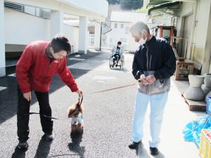 犬と一緒に園内を散歩する利用者さん